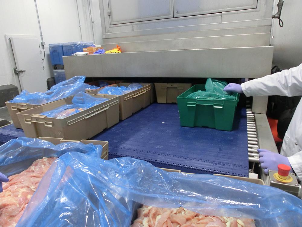 Filetes de pollo en cajas de plastico